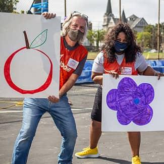 Volunteers hold hand-drawn size to organize volunteers teams